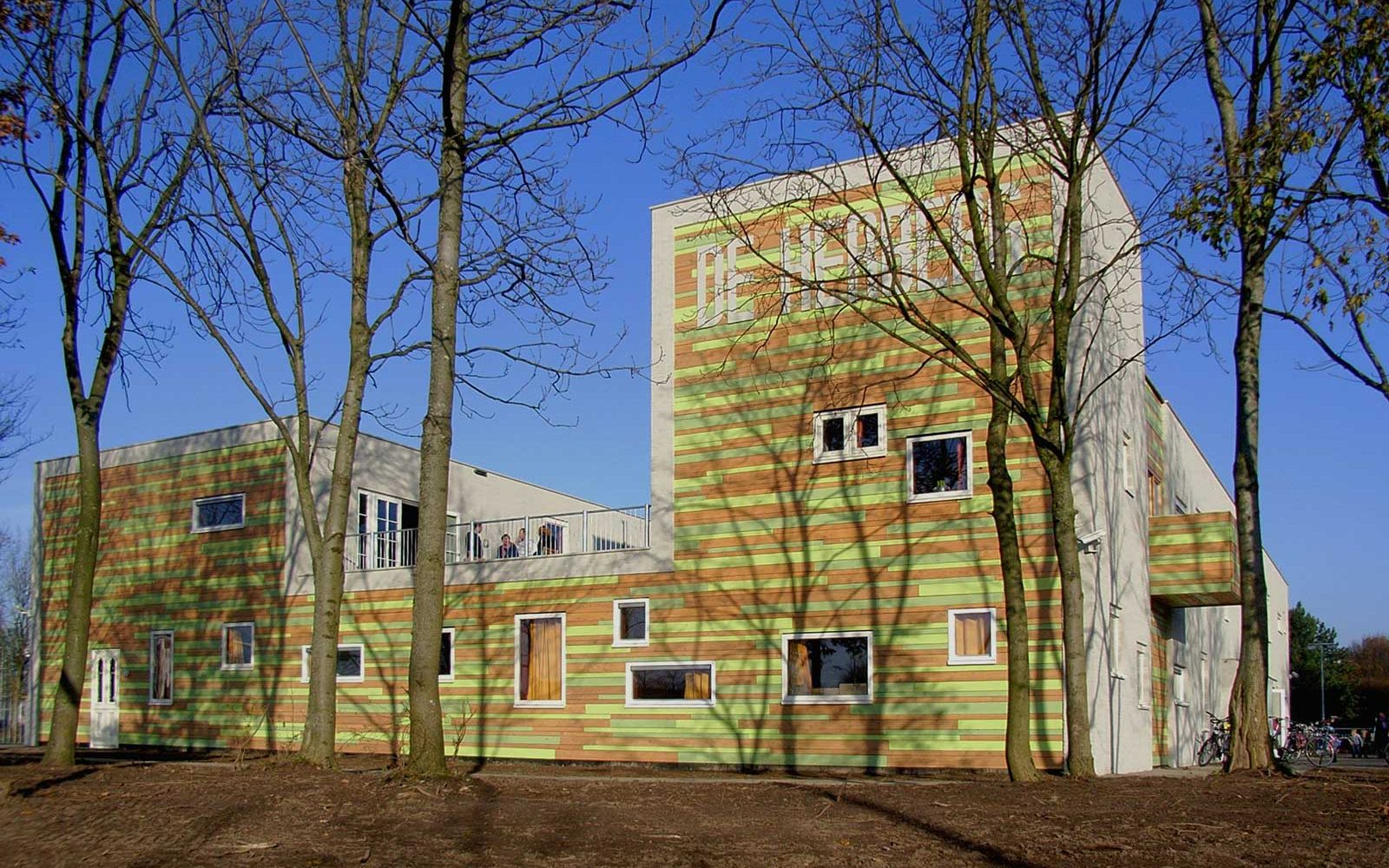 """""""Deze daklozenopvang is grotendeels gemaakt van gebruikte materialen en restpartijen. Prijswinnend en onderdeel van de architectuurroute van Zwolle."""""""